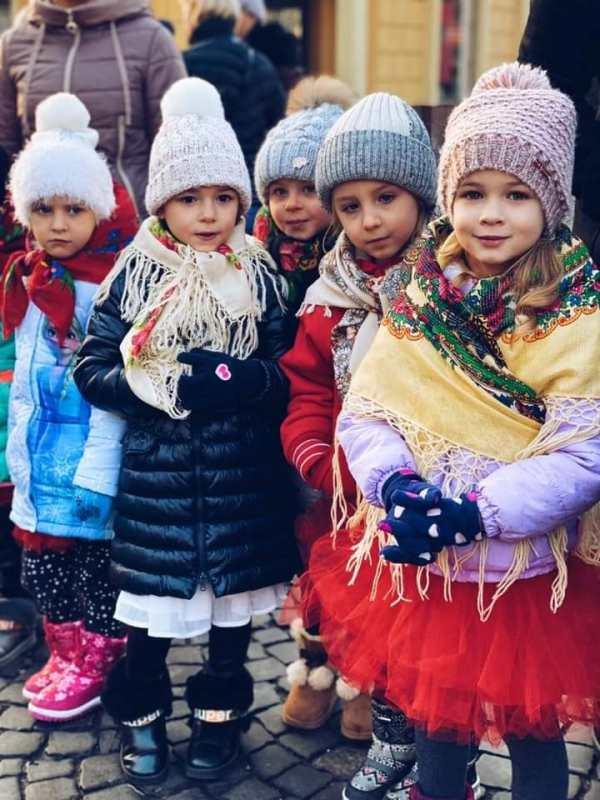Мукачево. Біля головної ялинки міста дітвора влаштувала феєричне свято