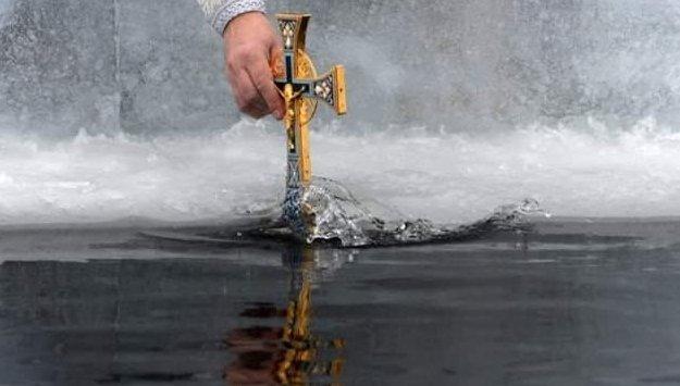 іУ ніч на Водохреще вода у річках і потічках Закарпаття є святою