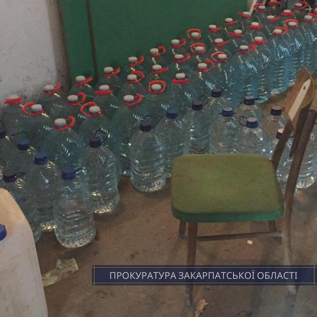 Ужгород. З квартири містянина правоохоронці вивезли 142 пляшки горілки, 310 пляшок коньяку та більше півтонни спирту