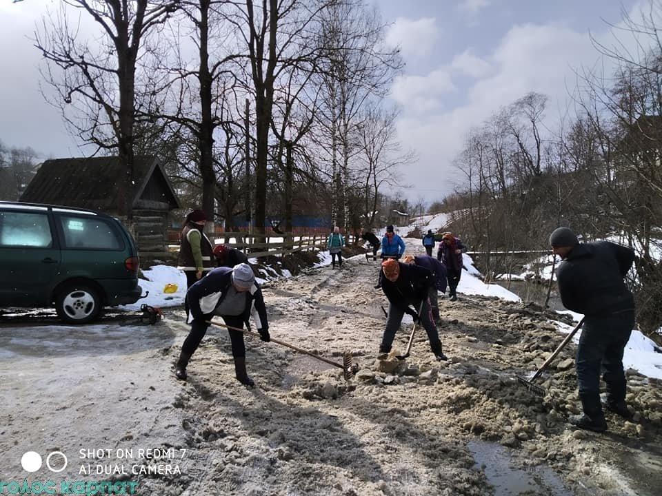 Жителі гірського Закарпаття обурені: замість дороги — суцільне болото і півметрові ями