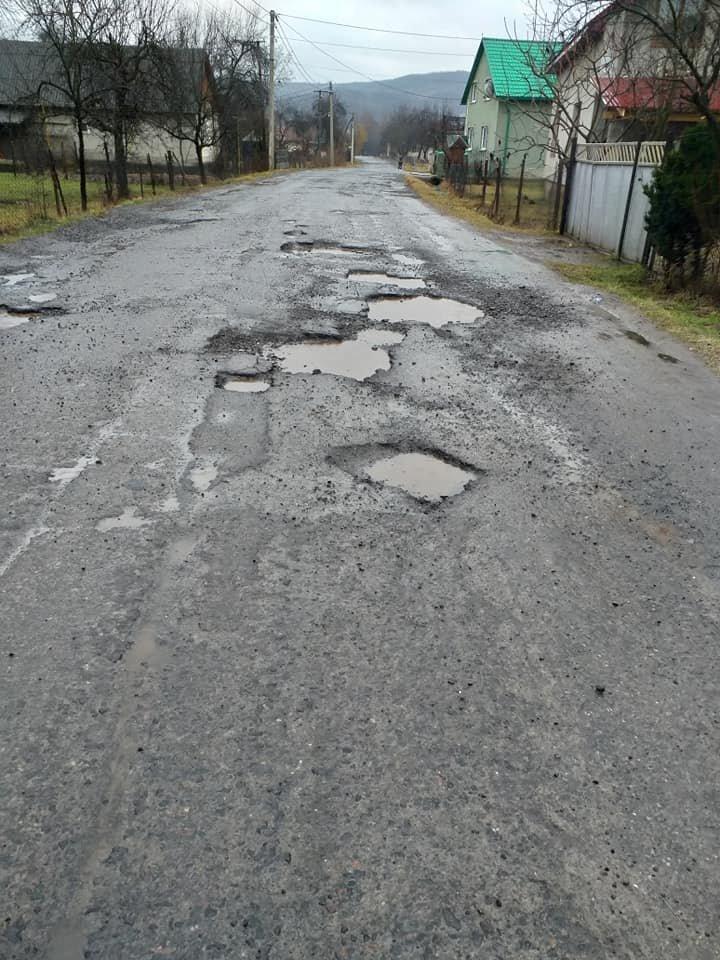 Мешканці Закарпаття закликають скинутися по мішку цементу, щоб відремонтувати дороги