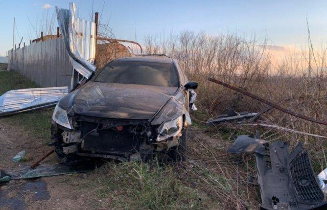 """Елітне авто з трьома людьми рознесло вщент огорожу на знаменитому """"БАМі"""" у столиці Закарпаття"""