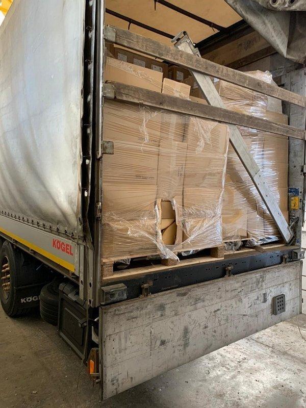 """Кордон Закарпаття. Невідомі за 100 євро """"уламали"""" водія вантажівки взяти з собою півтонни сиру та півтори сотні кг тунця в консервах"""