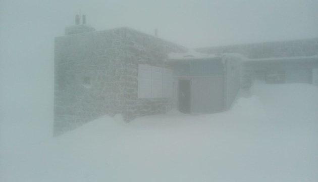 На початку літа у Карпати повернулася зима — сипле справжній сніг
