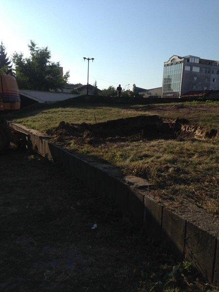 Перед Драмтеатром в Ужгороде уже разрывают клумбу