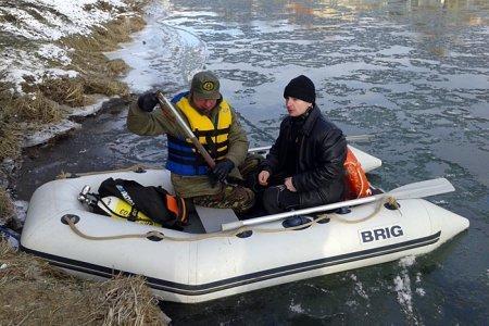 Погружение в воду закарпатцев - под пристальным наблюдением спасателей