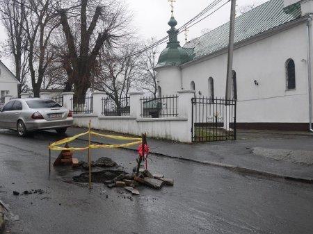 Возле православной церкви провалился значительный кусок асфальта