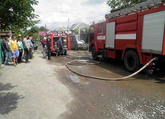В Ужгороде сгорел автомобиль и часть гаража