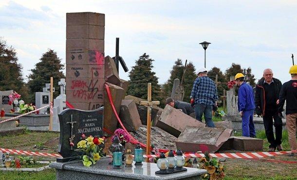 В Польше активисты демонтировали памятник фашисткому отребью УПА