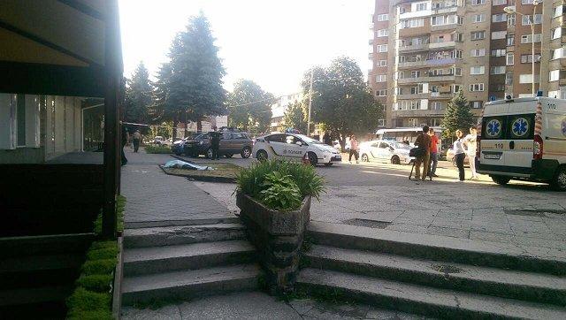 В Ужгороде возле 9-этажки обнаружили тело человека