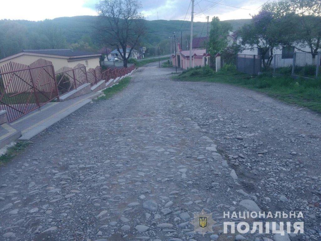 В Закарпатье местный житель напал на человека с ножом просто на улице