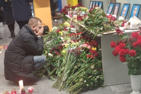 """Соцсети рыдают из-за фото, где муж прощался со своей женой, которая трагически погибла при крушении """"Боинга 737"""""""