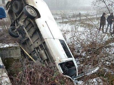 Неприятное ДТП в Закарпатье: Автомобиль слетел с моста и так там и остался