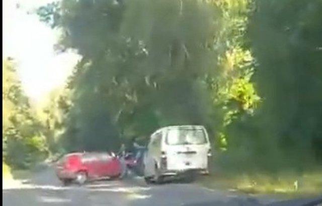 """Жесть! Мікроавтобус та дві іномарки """"не пропустили"""" один одного на трасі в Закарпатті"""