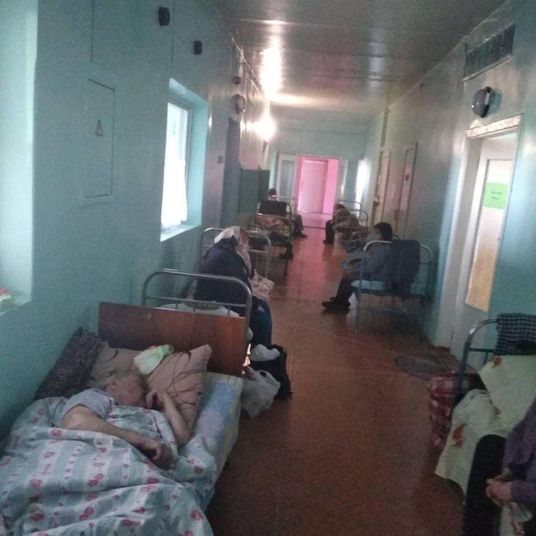 А это наши больные в коридорах больниц , без кислорода и лекарств