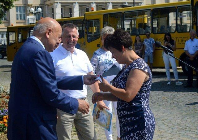 В Закарпатье школы получили новые автобусы