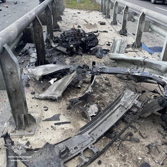 Ужасы на трассе Киев - Чоп: Skoda нанизана на отбойник