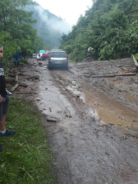На Рахівщині зсув ґрунту перекрив трасу «Мукачево – Рогатин»