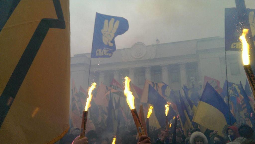 Националисты двинулись на Раду. Шашки летят в силовиков. Банковая в дыму