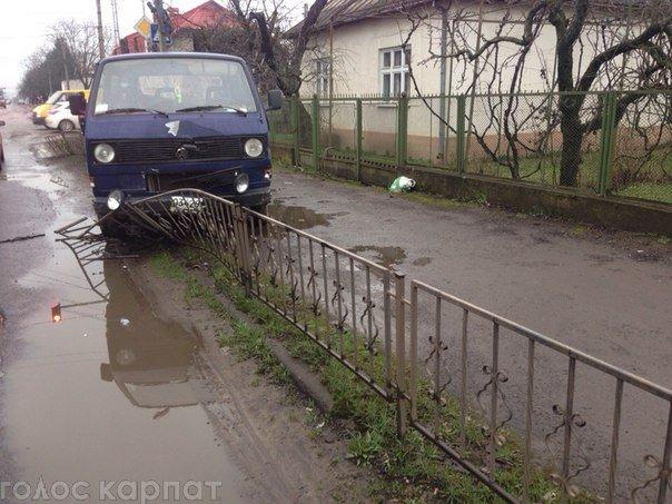 """Водители """"Рено"""" и """"Фольксвагена"""" столкнулись между собой"""