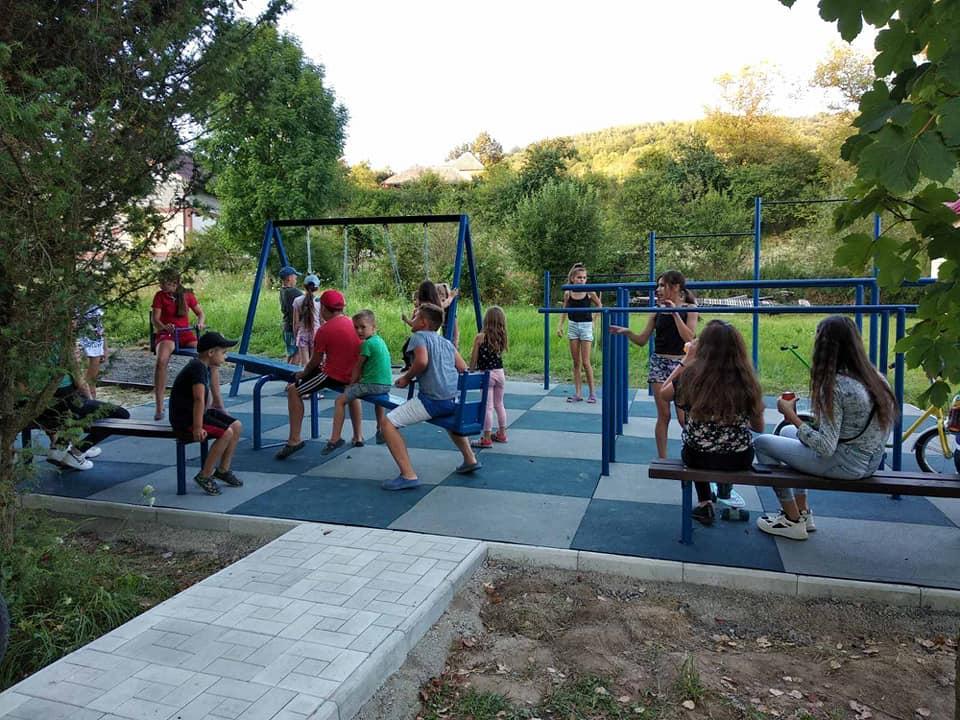 Яркая колоритная детская площадка в одном из сел Закарпатья просто манит к себе