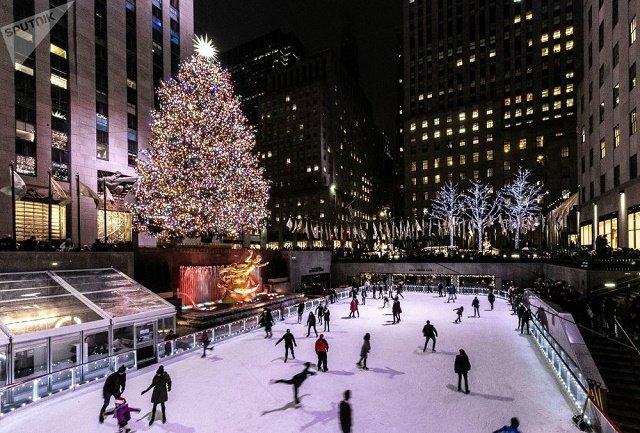 Рождественская ель в Рокфеллеровском центре в Нью-Йорке.