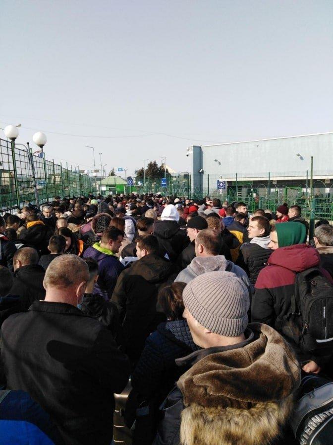 На фото видно, как сотни людейсбились в плотную массу, торопясьевроинтегрироваться в Польшу