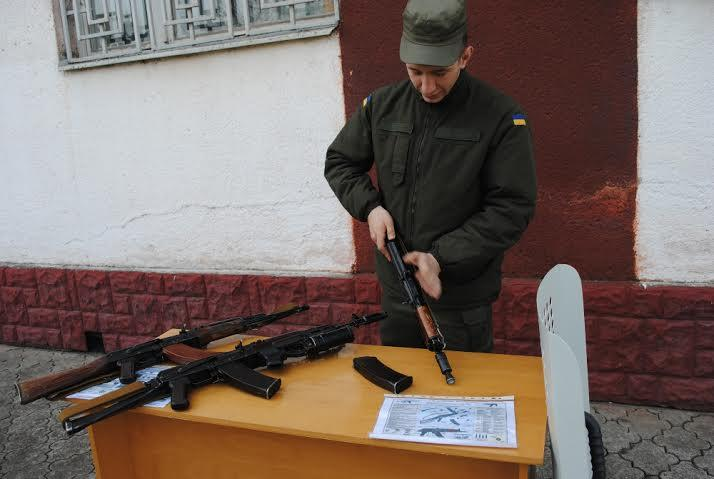 Присутствующие имели возможность рассмотреть настоящее оружие