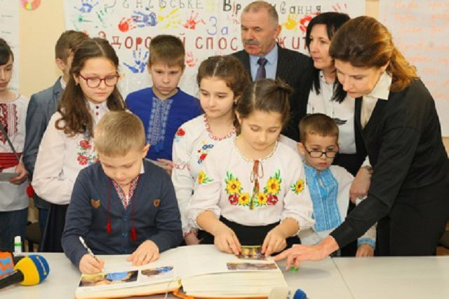 """Закарпатье присоединилось к проекту Марины Порошенко - """"Книга Мира"""""""