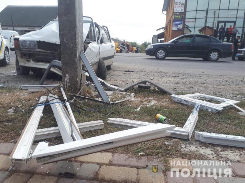 В Закарпатье неуправляемая машина разбилась об электроопору