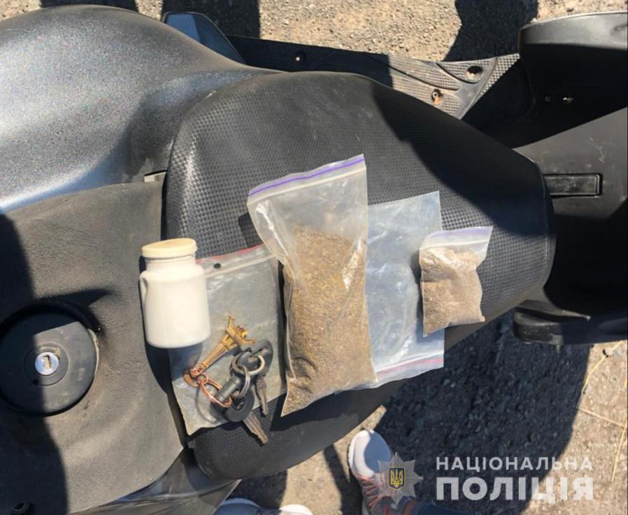 Возле Мукачево полицейским попался непростой водитель мопеда с нешуточным багажом