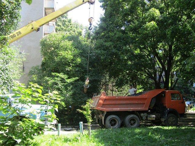 Ужгородские муниципалы демонтировали самовольно установленные ограничители движе
