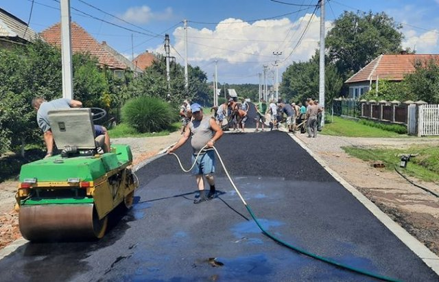 Мешканці Закарпаття не очікують милостей від влади — самостійно асфальтують розбиті дороги