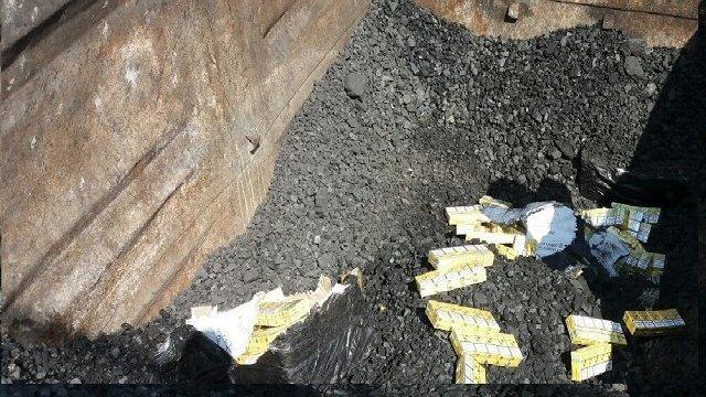 В грузовом поезде на границе в Закарпатье обнаружили под углем сигареты