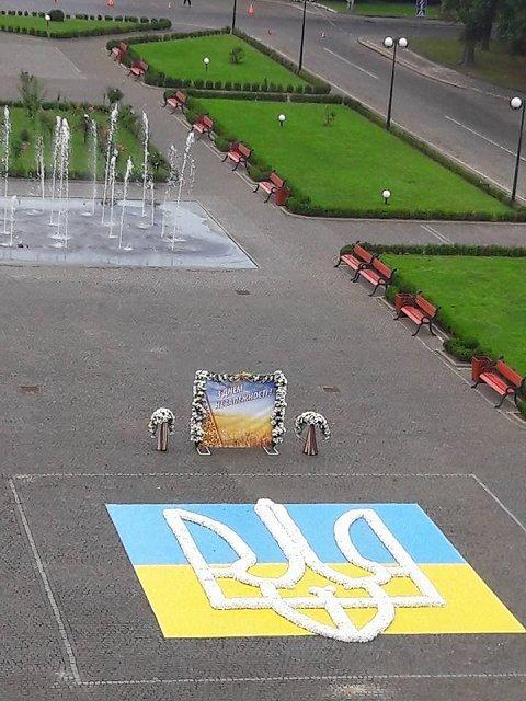 Гигантский трезубец из хризантем на пл. Народнаой в Ужгороде