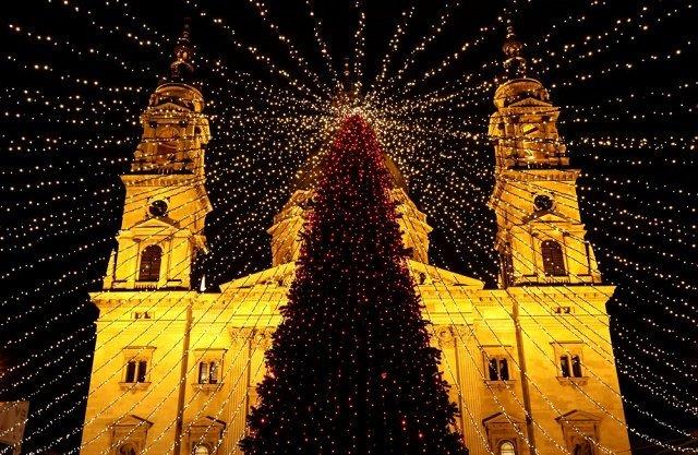 Рождественская есть перед Базиликой Святого Стефана в Будапеште, Венгрия.