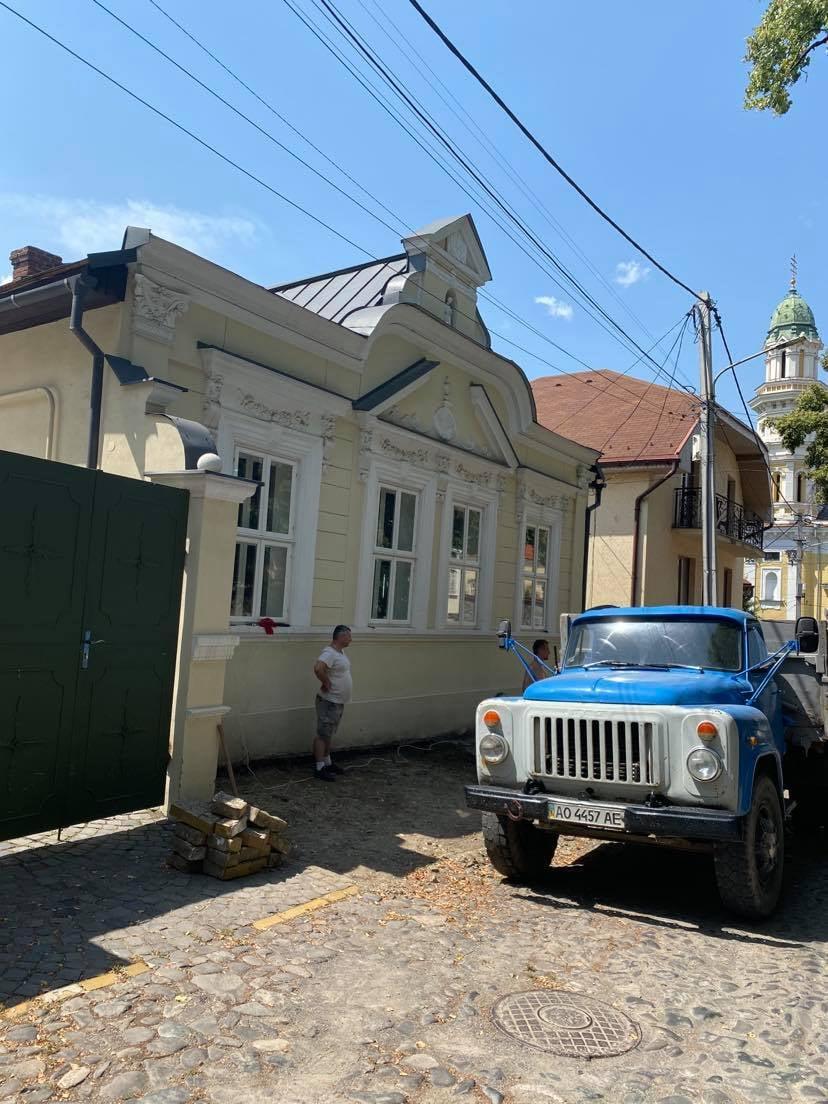 Историю Ужгорода вновь разрушают: Варвары добрались до тротуара, сумевшего пролежать столетие