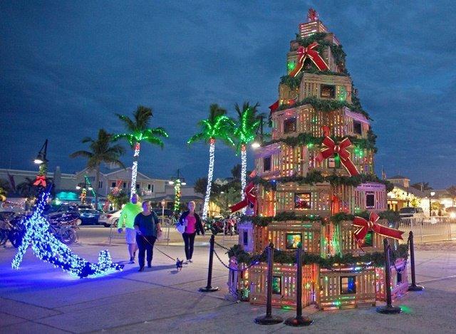 В городе Ки-Уэст (штат Флорида, США) рождественскую елку создали из ловушек для лобстеров.