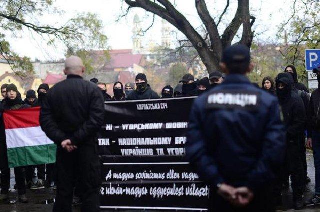 """В Ужгороде """"Карпатская Сечь"""" блокировала Консульство Венгрии"""