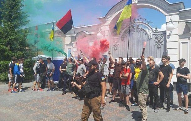 Активисты с файерами пикетируют дом экс-президента Украины Порошенко