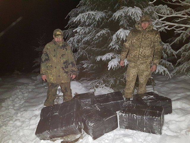 акарпатские пограничники помешали переместить за границу конрабандные сигареты