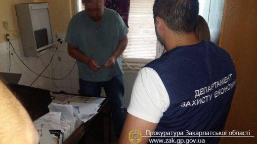 В Мукачеві лікар вимагав у земляка чотириста доларів