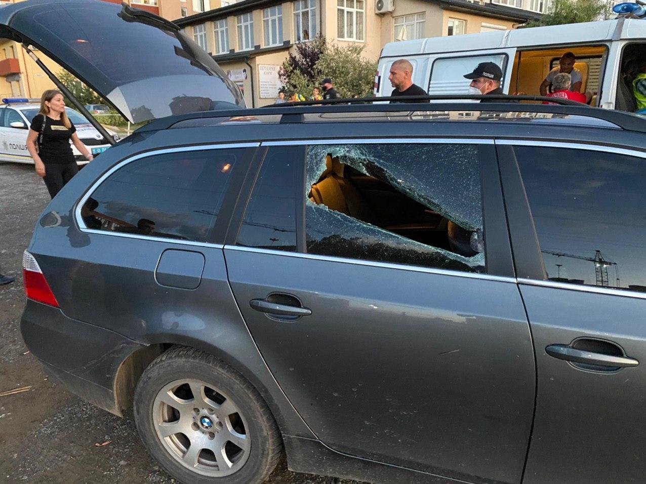 Просто жесть! В Ужгороде конфликт в ресторане перерос в стрельбу, разгром иномарки и огнестрельные ранения
