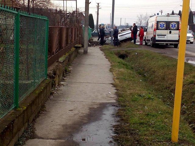 Возле Ужгорода легковушка перевернулась на крышу
