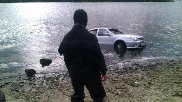 В Киеве со дна Днепра вытащили авто с трупом водителя
