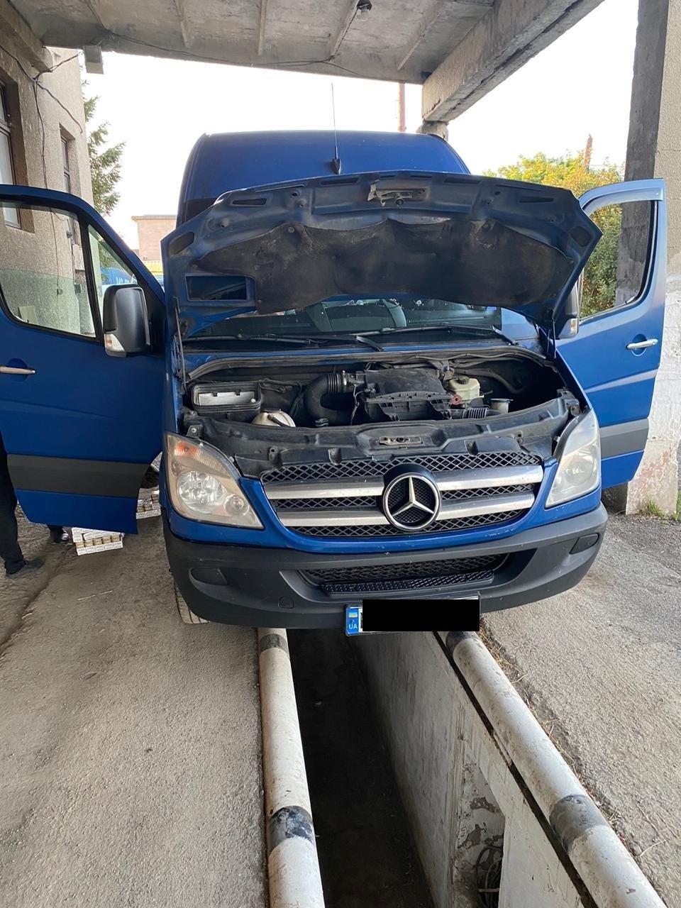 """""""Упакованный"""" контрабандными сигаретами микроавтобус задержали на границе Закарпатья с Румыние"""