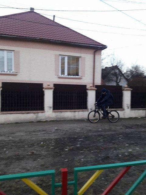 Эксгибиционист цепляется к детям в Новом районе Ужгорода