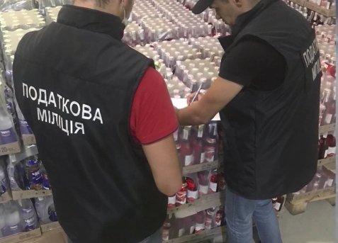 """Розлитий у пляшки алкогольний фальсифікат вилучили у """"підприємця"""" із Закарпаття"""