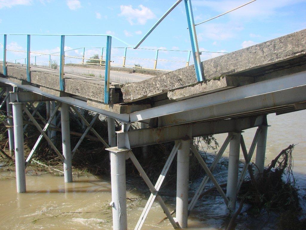 Карпати. На річці Лімниця обвалився міст