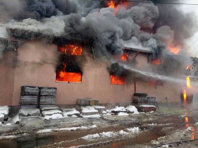 Продолжается ликвидация пожара в четырехэтажном торговом центре